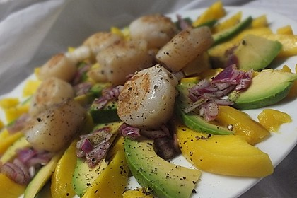 Jakobsmuscheln auf Avocado - Mango - Salat mit Zwiebelvinaigrette 1