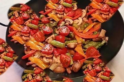Salat von gebratenem grünen Spargel mit Champignons (Bild)