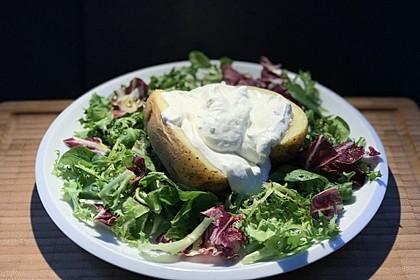 Folienkartoffeln mit Kräuterquark und Salat 1