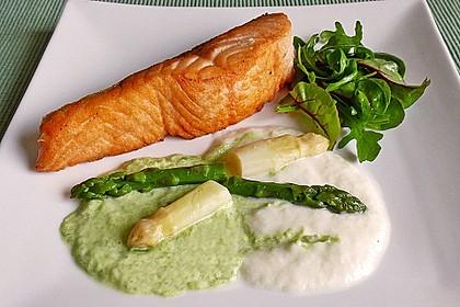 Gebratener Lachs auf weißer und grüner Spargelsauce