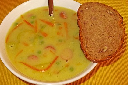Kartoffelcremesuppe mit Gemüseeinlage und Würstchenscheiben