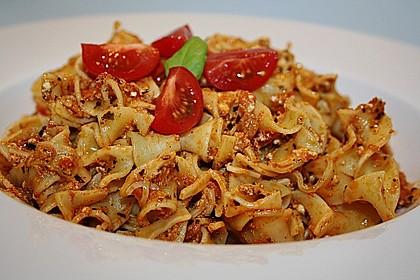 Pasta mit Pesto Rosso und Schafskäse