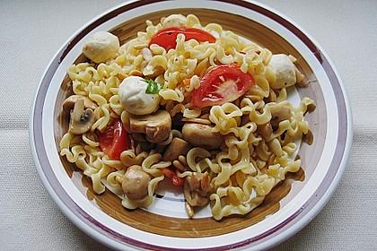 Lauwarmer Nudelsalat mit Mozzarella 5