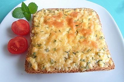 Überbackenes Brot mit Käseaufstrich