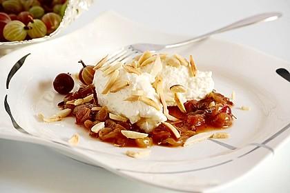 Quark-Sahne Dessert mit karamellisierten Stachelbeeren (Bild)