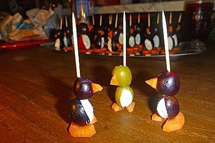 Kleine Pinguine mit Traubenfrack und Karottenfüßchen (Bild)