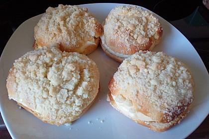 Hefe-Streuselteilchen mit Pudding  und Sahne 4