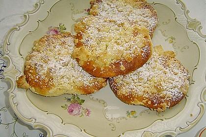 Hefe-Streuselteilchen mit Pudding  und Sahne 7