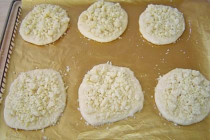 Hefe-Streuselteilchen mit Pudding  und Sahne 8