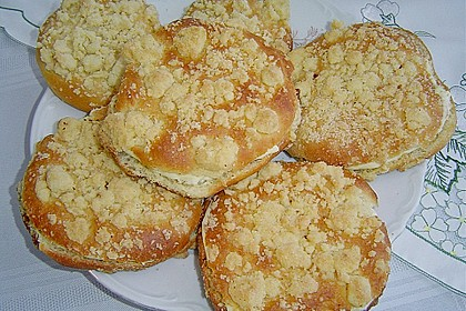 Hefe-Streuselteilchen mit Pudding  und Sahne 5