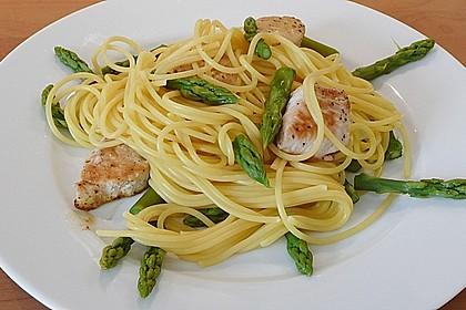 Spaghetti mit grünem Spargel und Putenbrustfilet (Bild)