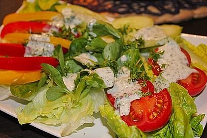 Grüner Salat mit Kräuter-Joghurt Dressing und knusprigen warmen Schafskäse-Croutons
