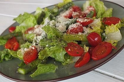 Grüner Salat mit gegrilltem grünem Spargel 1