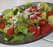 Grüner Salat mit gegrilltem grünem Spargel (Bild)