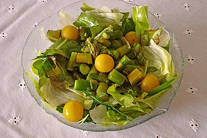 Grüner Salat mit gegrilltem grünem Spargel 2