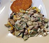 Zucchini-Champignon-Pfanne mit Feta (Bild)