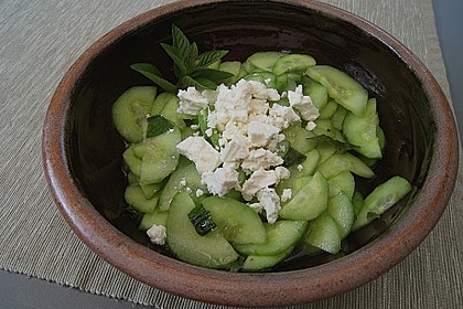 Gurkensalat mit Feta und Minze 4