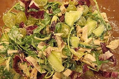 Grüner Salat mit Hähnchen und Trauben