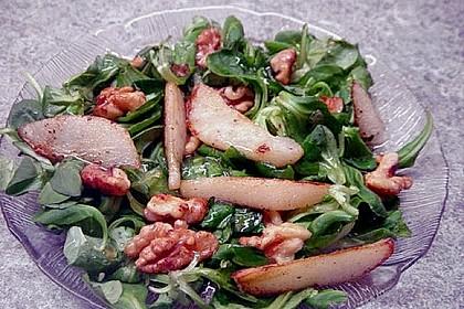 Feldsalat mit gebratenen Birnen und Walnüssen 93