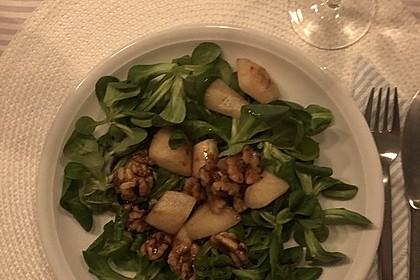 Feldsalat mit gebratenen Birnen und Walnüssen 48