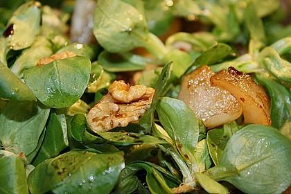 Feldsalat mit gebratenen Birnen und Walnüssen 84