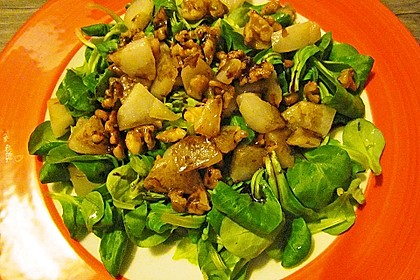 Feldsalat mit gebratenen Birnen und Walnüssen 75