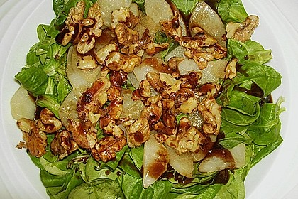 Feldsalat mit gebratenen Birnen und Walnüssen 85