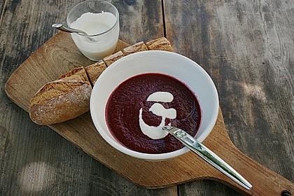 Rote - Bete Suppe mit Meerrettich und Apfelwürfeln