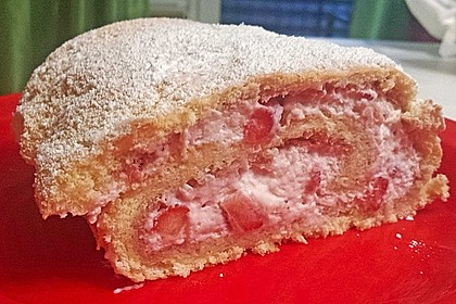 Biskuitrolle mit Erdbeerfüllung 60