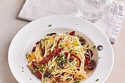 Schnelle Spaghetti mit getrockneten Tomaten, Oliven und Chili 2