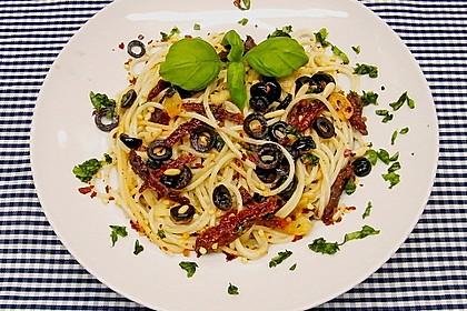 Schnelle Spaghetti mit getrockneten Tomaten, Oliven und Chili 1