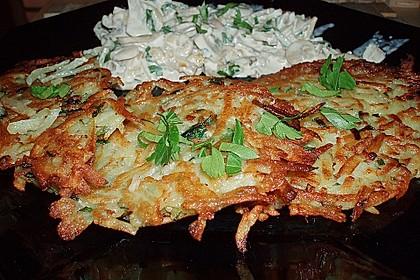 Grüne Kartoffelpuffer mit Champignonsoße
