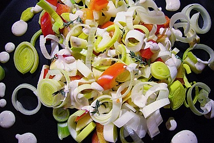 Apfel-Lauch-Salat mit roter Paprika