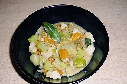 Leckere, vegetarische  Linsensuppe mit Gewürzgürkchen
