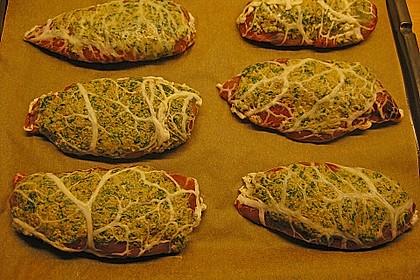 Crépinette von der Étouffée Taubenbrust auf geschmortem Wirsing mit Wurzelgemüse