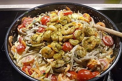 Zucchini-Möhren-Nudeln mit einer cremigen Sauce 7