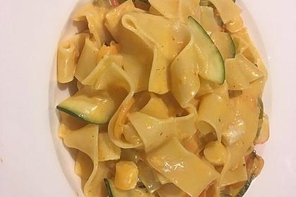 Zucchini-Möhren-Nudeln mit einer cremigen Sauce 16
