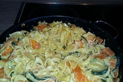 Zucchini-Möhren-Nudeln mit einer cremigen Sauce 23