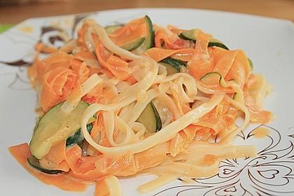 Zucchini-Möhren-Nudeln mit einer cremigen Sauce 5