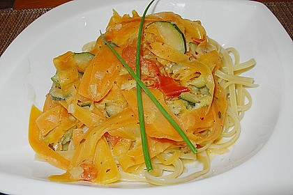 Zucchini-Möhren-Nudeln mit einer cremigen Sauce 12