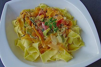 Zucchini-Möhren-Nudeln mit einer cremigen Sauce 13