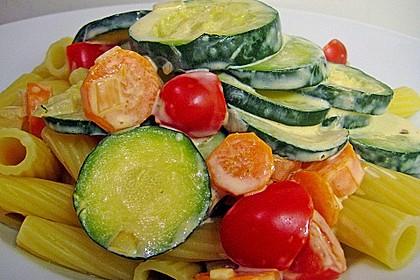 Zucchini-Möhren-Nudeln mit einer cremigen Sauce 8
