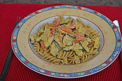 Zucchini-Möhren-Nudeln mit einer cremigen Sauce 11