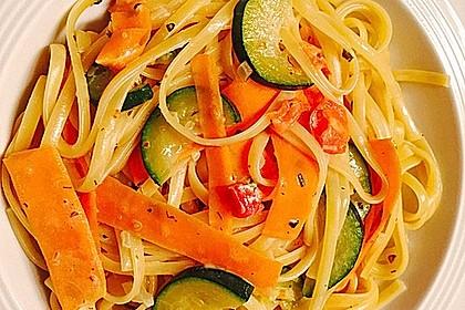 Zucchini-Möhren-Nudeln mit einer cremigen Sauce 3