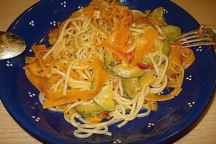 Zucchini-Möhren-Nudeln mit einer cremigen Sauce 24