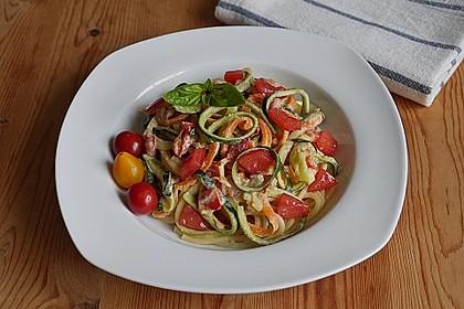 Zucchini-Möhren-Nudeln mit einer cremigen Sauce 4