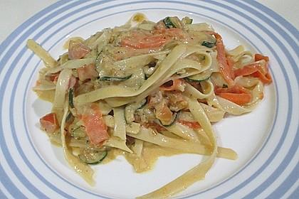 Zucchini-Möhren-Nudeln mit einer cremigen Sauce 14