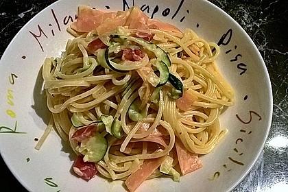 Zucchini-Möhren-Nudeln mit einer cremigen Sauce 6
