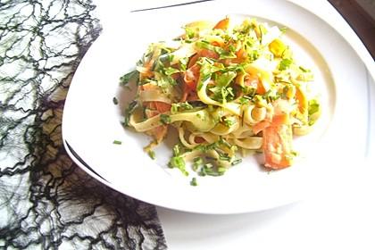 Zucchini-Möhren-Nudeln mit einer cremigen Sauce 17
