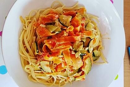 Zucchini-Möhren-Nudeln mit einer cremigen Sauce 19
